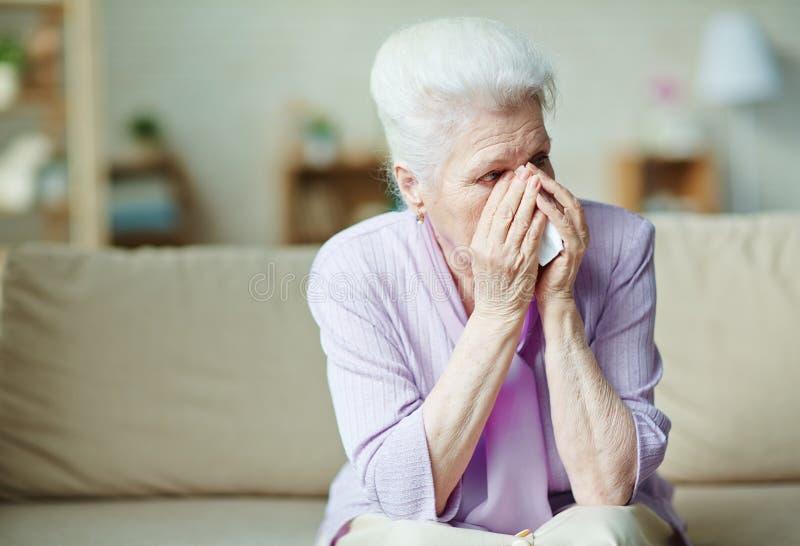 哭泣的年长妇女 免版税库存图片