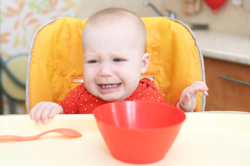 哭泣6个月女婴不要要吃 图库摄影