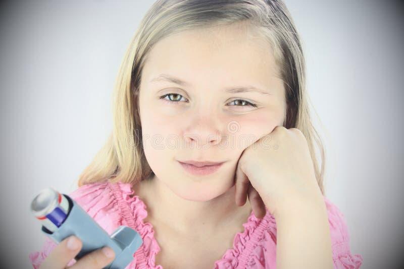 哮喘哀伤女孩的吸入器 免版税库存图片