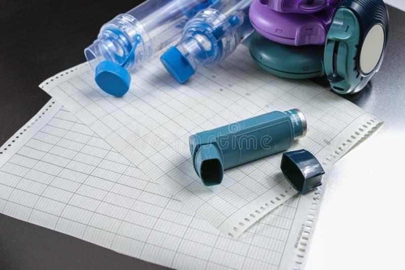 哮喘安心概念、salbutamol吸入器、疗程和纸 库存照片