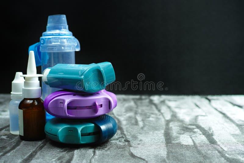 哮喘疗程 套吸入器和疗程 免版税图库摄影
