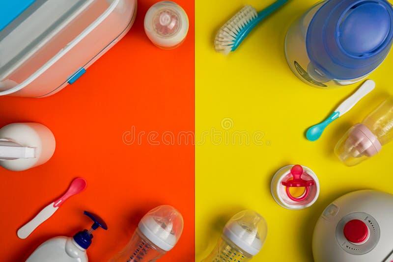 哺乳的产品和消毒的辅助部件,平的位置 免版税库存照片