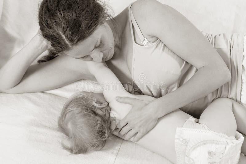 哺乳的婴孩 画象妈妈和婴孩哺乳 图库摄影