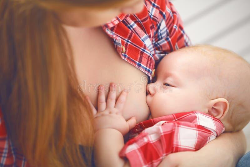 哺乳 婴孩乳房提供的母亲 免版税库存照片