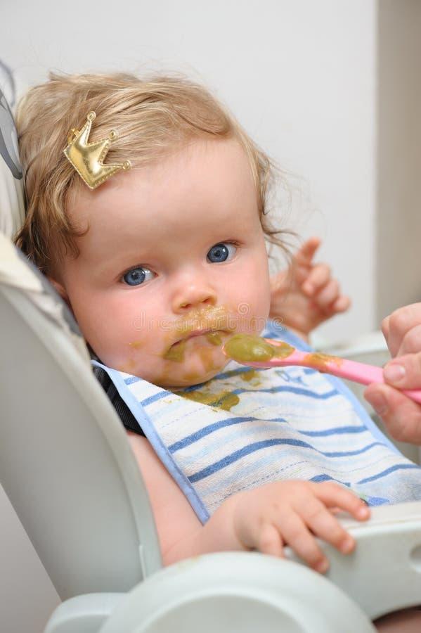 哺养小逗人喜爱的女婴 图库摄影