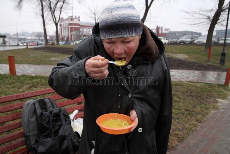 哺养无家可归者 库存照片