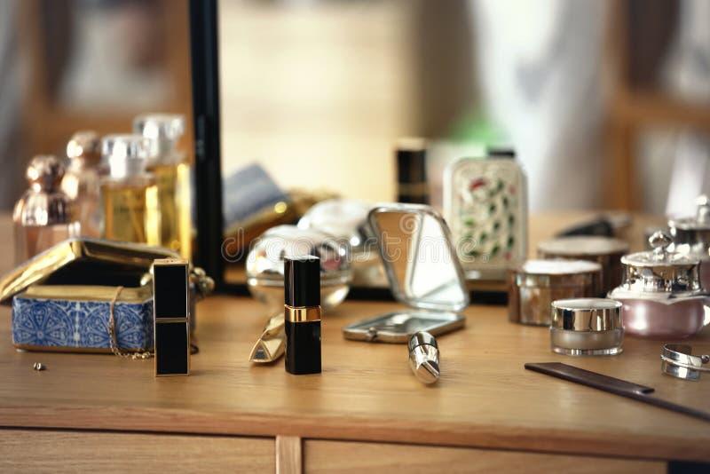 唇膏和化妆用品在一个梳妆台上 免版税图库摄影