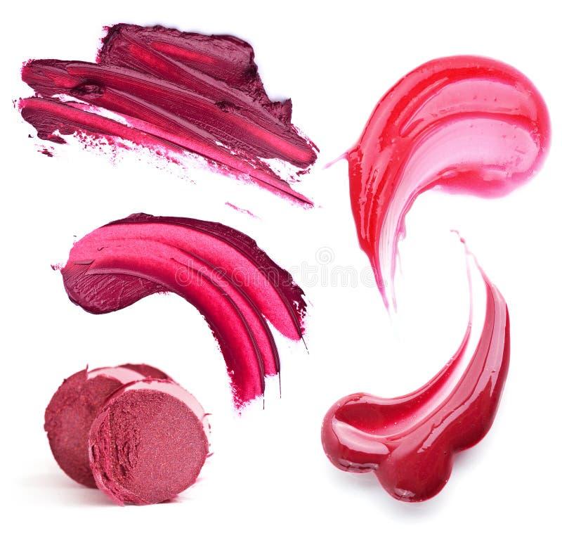 唇膏的静物画和嘴唇上光富有的酒和莓果树荫 免版税图库摄影