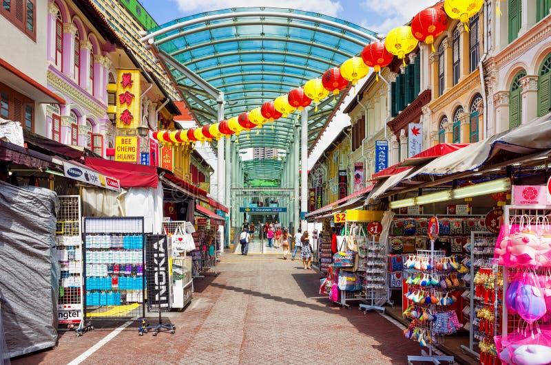 唐人街用纸灯装饰的街市在Singapo 库存照片