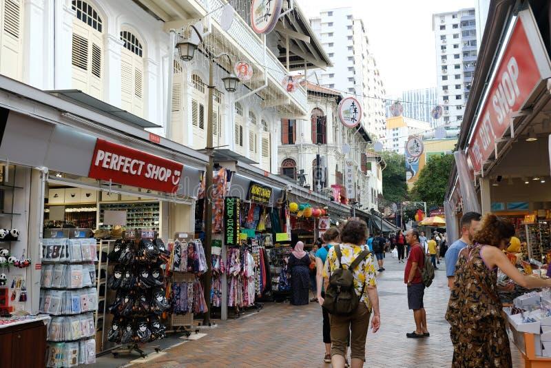唐人街,新加坡- 2019年3月8日:有许多游人的唐人街通过路走 库存照片