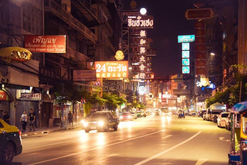 唐人街,曼谷,泰国- 2017年11月9日, :汽车和商店Yaowarat路的,中国镇大街  免版税图库摄影