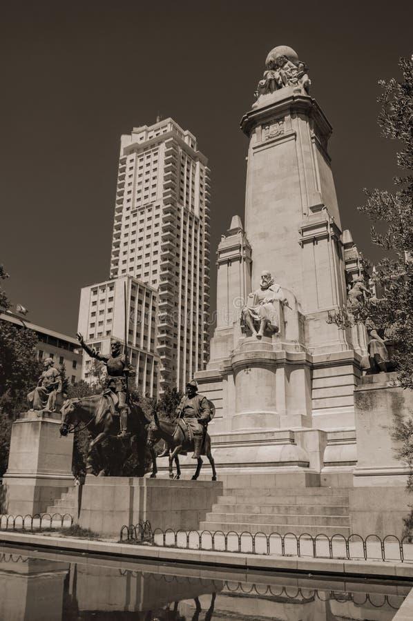 唐吉诃德和Sancho在纪念碑的Panza雕塑在马德里 免版税库存图片