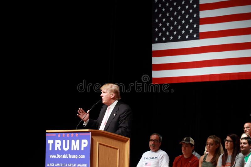 唐纳德・川普讲话在7月, 25日的竞选集会, 2015年,在Oskaloosa,衣阿华 库存图片