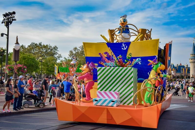 唐老鸭在米基和敏妮的惊奇在华特・迪士尼世界的庆祝游行 免版税库存照片