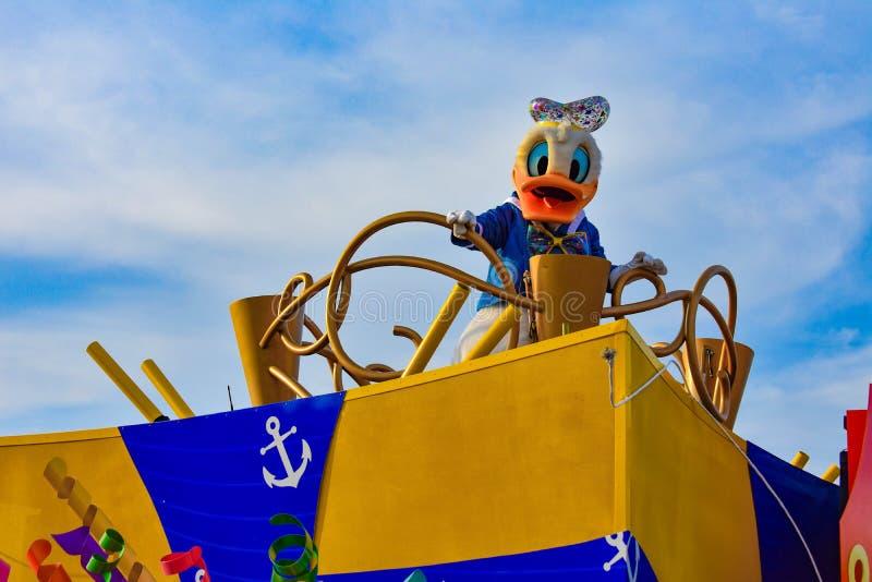 唐老鸭在米基和敏妮的惊奇在华特・迪士尼世界2的庆祝游行 库存图片