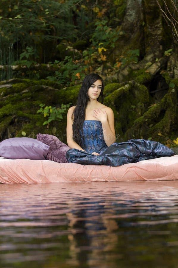 唤醒美丽的公主年轻人 图库摄影