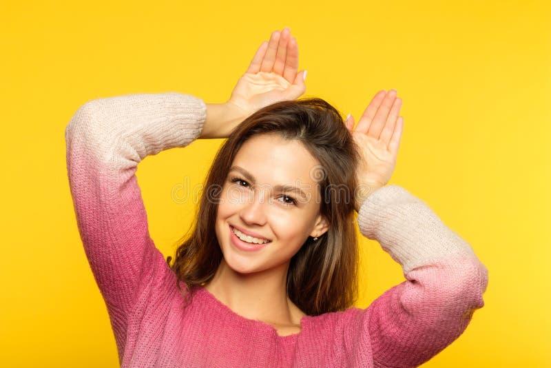 唬弄伪造的滑稽的嬉戏的女孩耳朵棕榈 图库摄影