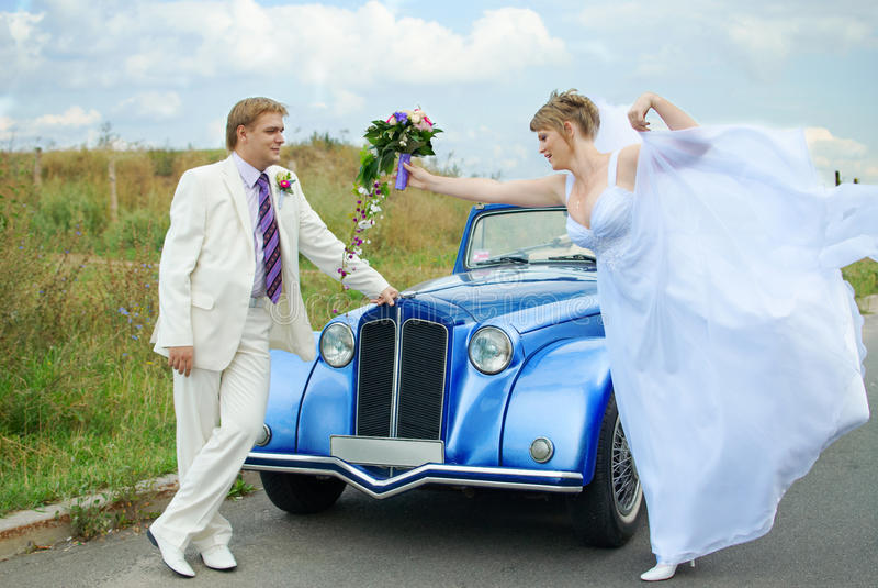 唬弄滑稽的新郎的新娘表达式 库存图片