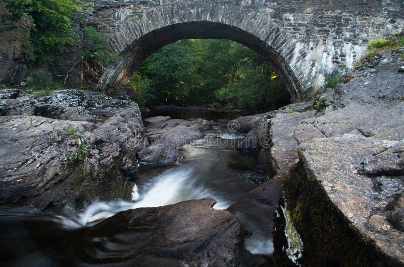 唯一曲拱石头桥梁 免版税库存图片