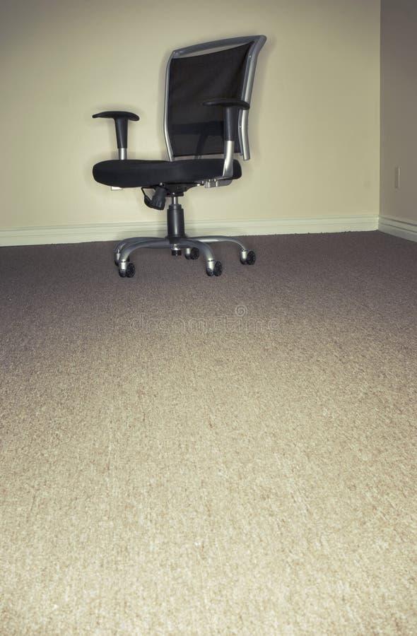 唯一椅子的办公室 免版税库存照片