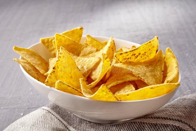 唯一白色碗黄色玉米片 免版税图库摄影