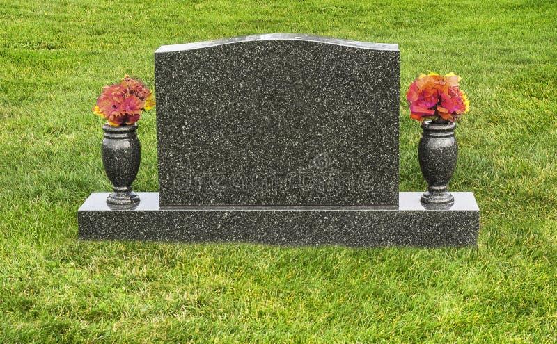 唯一空白的墓碑在有花的公墓 库存照片