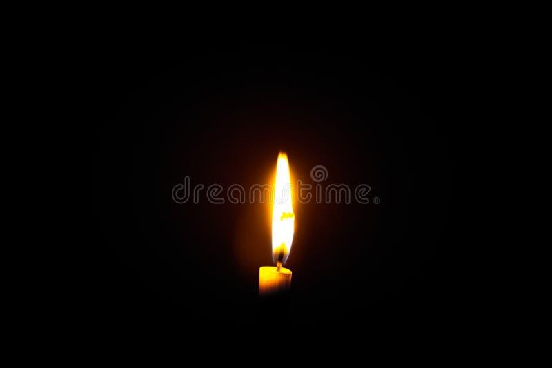 唯一背景黑色的烛光焰 免版税库存照片