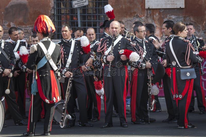 唱三名妇女的范围音乐会 意大利人等待他们的表现的Carabinieri音乐家 免版税库存图片