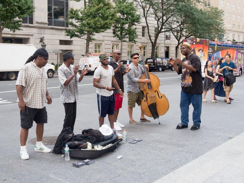 唱和演奏音乐的街道执行者在纽约 免版税库存图片