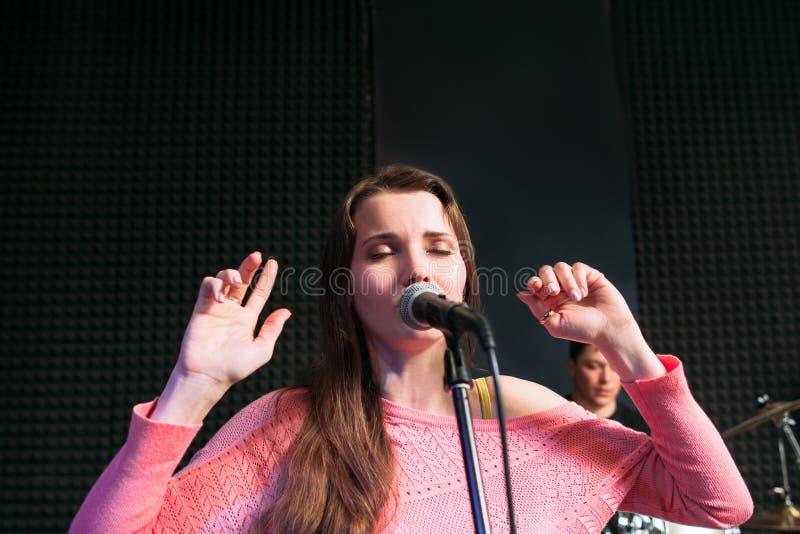 唱抒情歌歌曲的可爱的情感地妇女 免版税库存图片