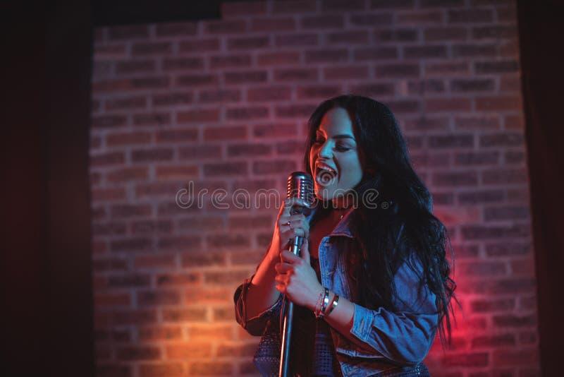 唱有启发性夜总会的快乐的歌手 免版税库存图片