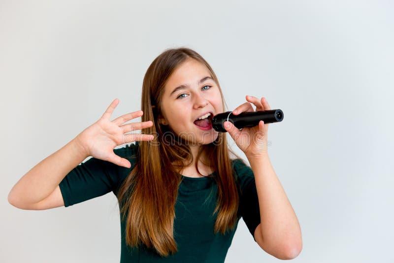 唱歌与话筒的女孩 图库摄影