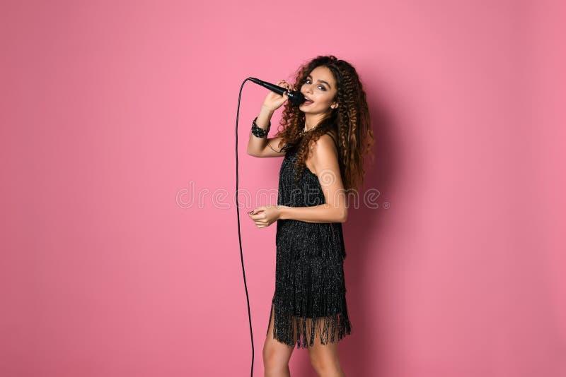 唱歌与话筒的女性Rockstar 免版税库存照片
