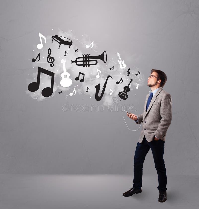 Download 唱歌和听到与音乐会的音乐的可爱的年轻人 库存照片. 图片 包括有 耳机, 设备, 藏品, 附注, 愉快, 现代 - 62526572
