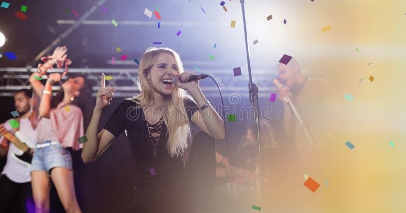 唱歌在与转折的音乐会的女孩 库存图片