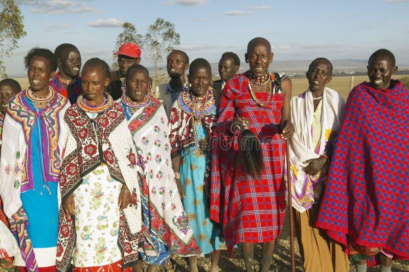 唱歌在日落的村庄人在内罗毕国家公园,内罗毕,肯尼亚,非洲村庄  免版税库存图片