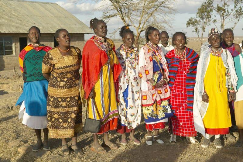 唱歌在日落的村庄人在内罗毕国家公园,内罗毕,肯尼亚,非洲村庄  免版税库存照片