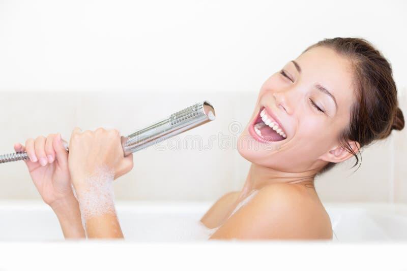 唱歌在浴缸的巴恩妇女 免版税库存照片