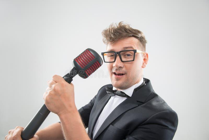 唱歌在话筒的Mc 免版税库存照片