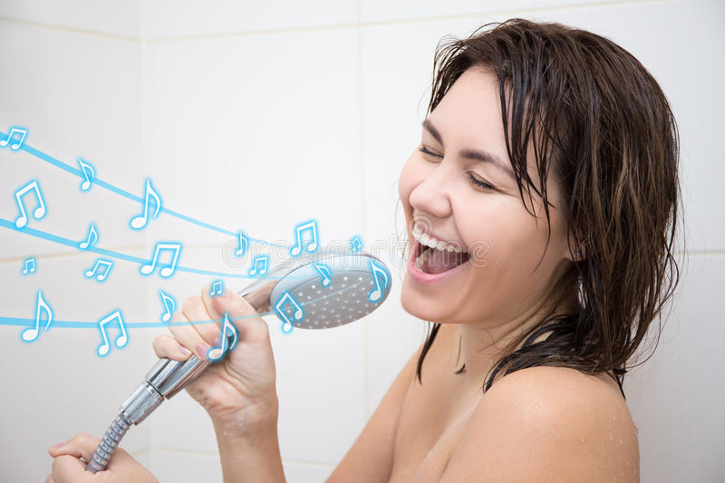 唱歌在阵雨的愉快的妇女画象 免版税库存图片