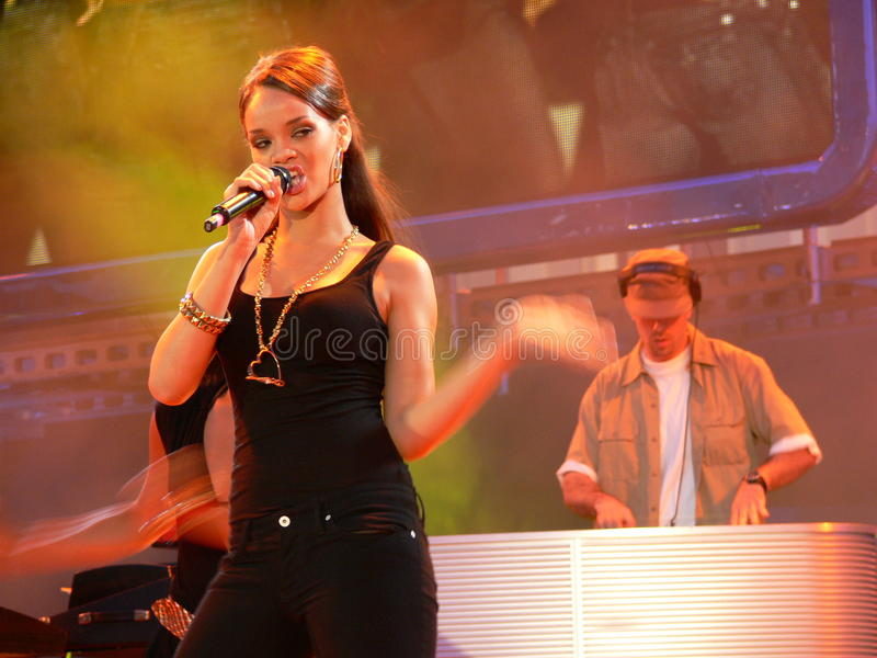 唱歌在Festivalbar的Rihanna 库存图片