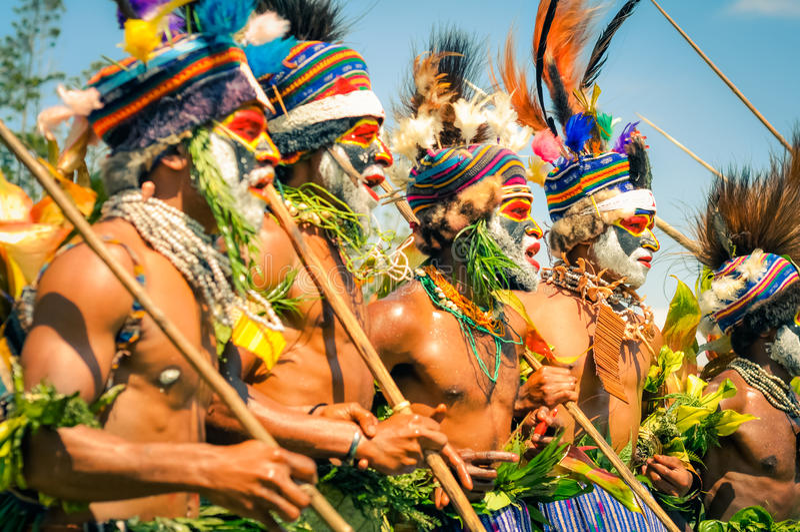 唱歌的半裸体的人在巴布亚新几内亚 免版税图库摄影