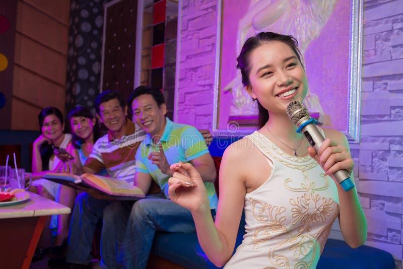 唱歌的女孩 库存照片