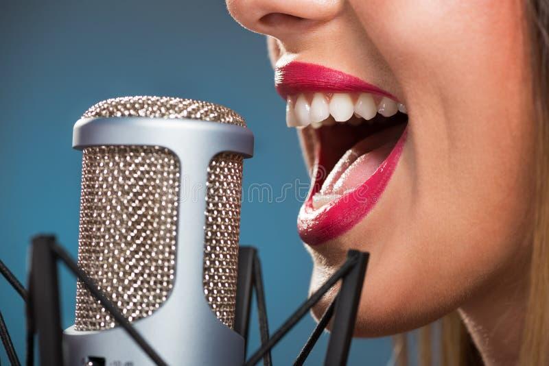 唱歌的妇女的嘴 免版税库存照片