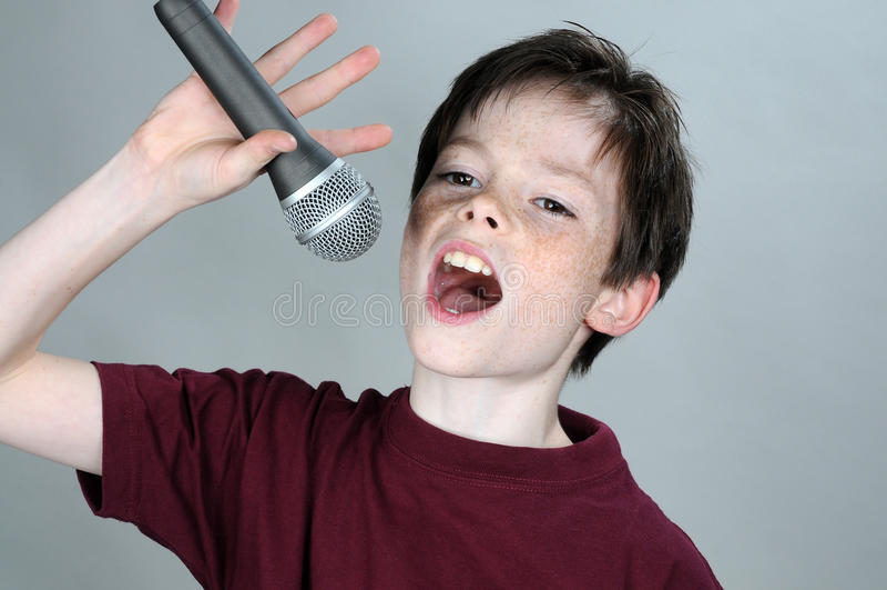 唱歌的男孩 库存图片