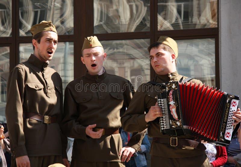 唱歌胜利天的苏联士兵 免版税库存图片