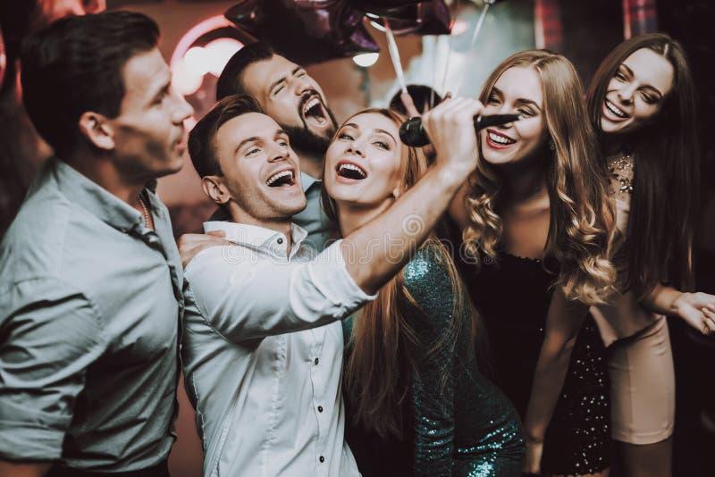 唱歌 人 舞蹈俱乐部 空白衬衣 在新人的白人妇女的背景愉快的查出的人 免版税库存图片