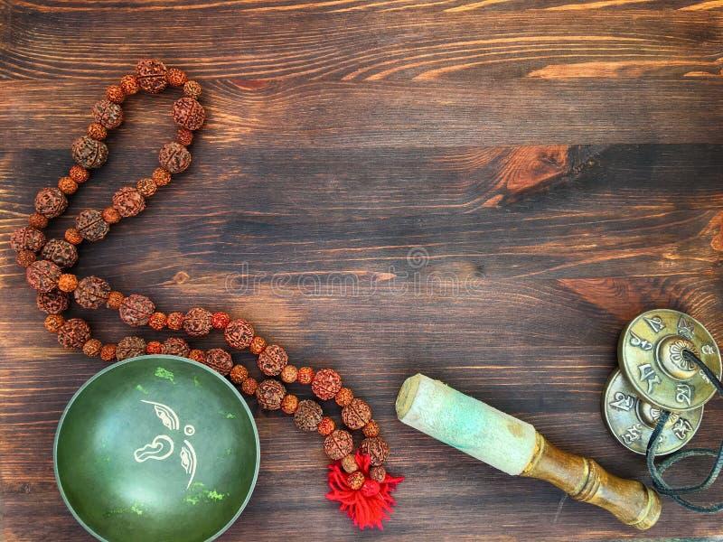 唱碗,上铜鼓铙钹, Rudraksha为meditati成串珠状 免版税库存图片