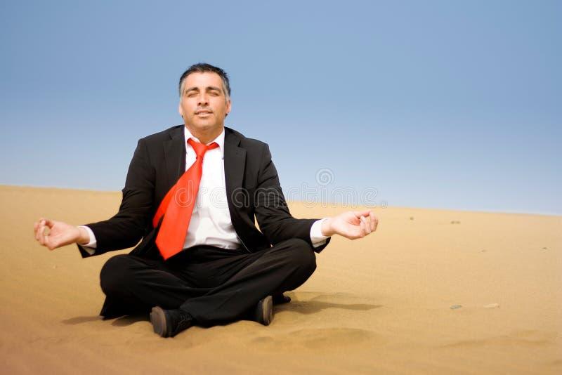 商业下来供以人员松弛沙子坐 免版税库存图片