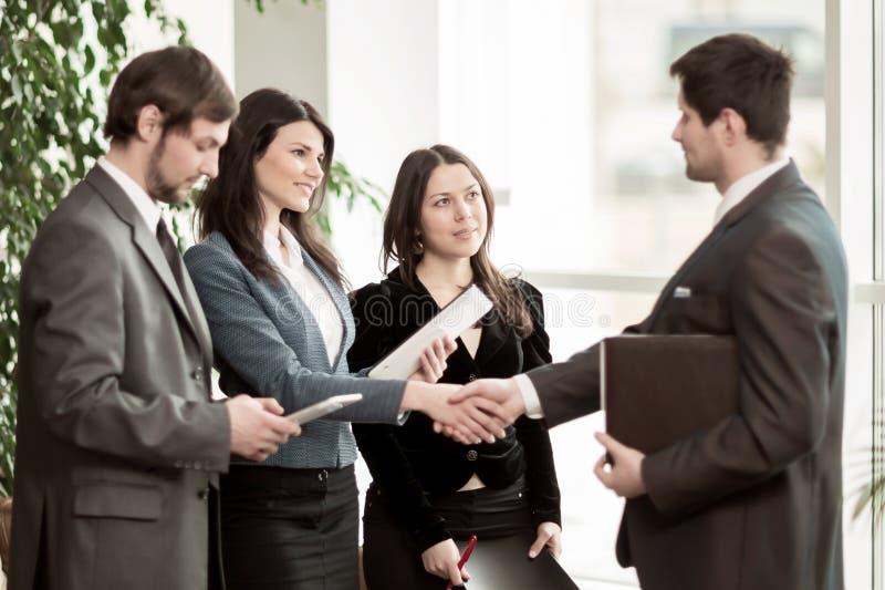 商业主持会议服务台查出在白色 一种非常重要交易的结论与握手的 免版税库存照片